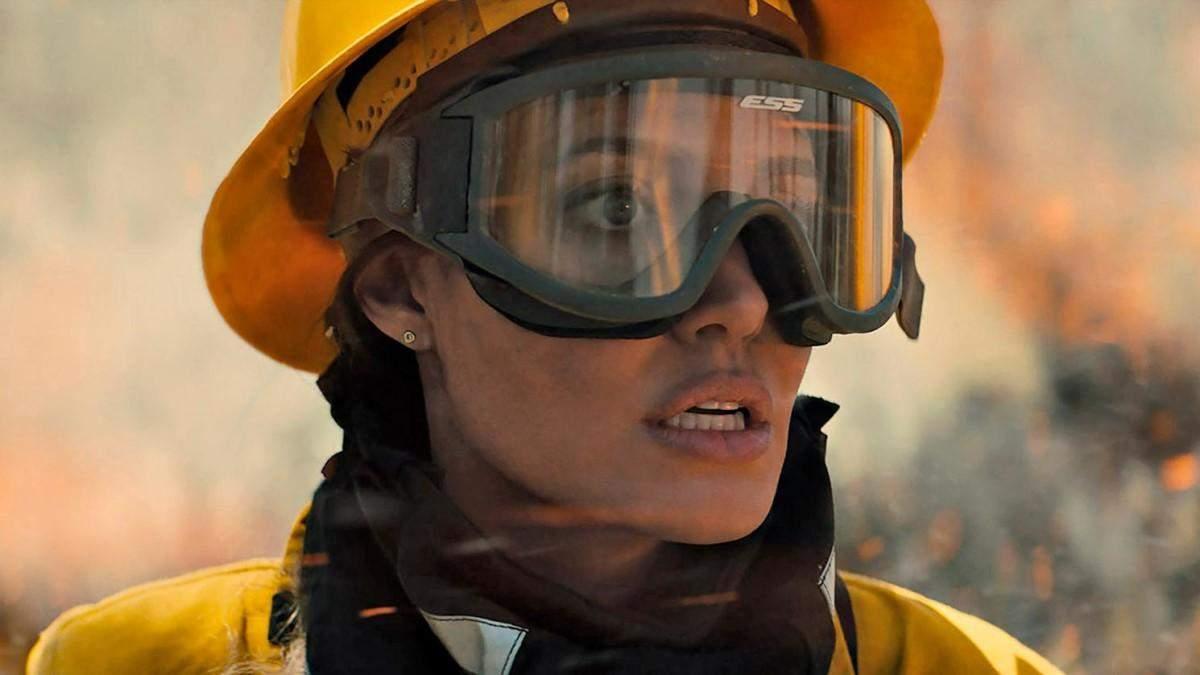 """Анджелина Джоли стала спасательницей в триллере """"Те, кто желает мне смерти"""": фото и видео"""