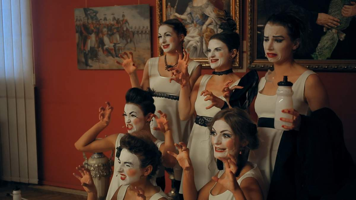 """""""Чорні брови, карі очі, я до Путіна не хочу"""": чим здивував Одесу фільм-кабаре про Dakh Daughters"""