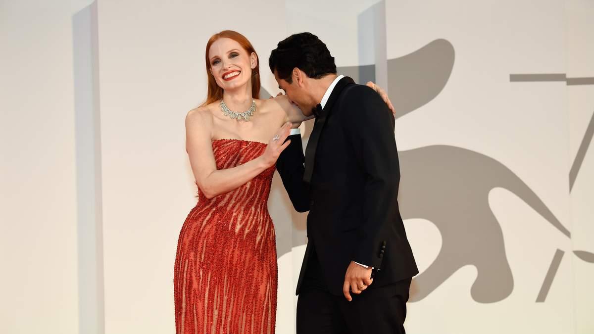 Джессіка Честейн та Оскар Айзек: ніжний поцілунок на прем'єрі у Венеції – вірусне відео