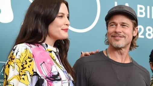 """Бред Пітт і Лів Тайлер відвідали фотокол фільму """"До зірок"""" в рамках Венеційського фестивалю"""