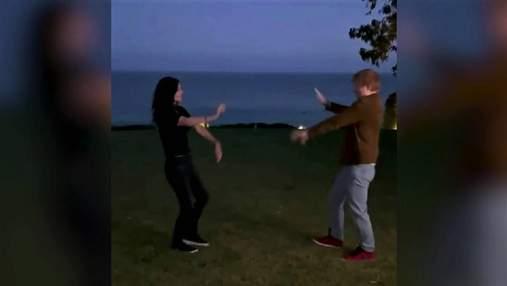 Ед Ширан і Кортні Кокс повторили легендарний танець Роса і Моніки: кумедне відео