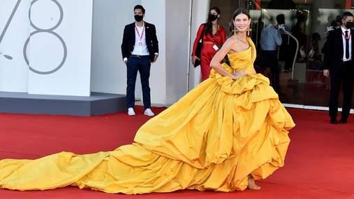 Венеційський кінофестиваль 2021: розкішні образи зірок на червоній доріжці
