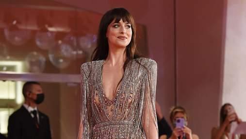 """Дакота Джонсон одягнула """"голу"""" сукню з кристалами на прем'єру фільму у Венеції: розкішні фото"""