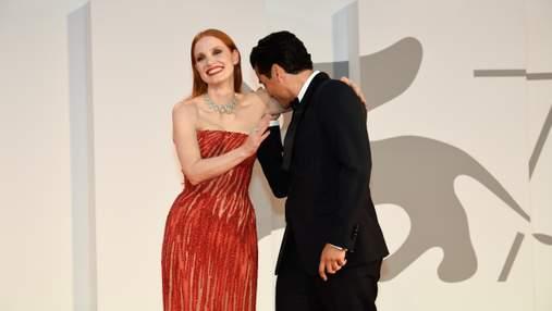 Джессика Честейн и Оскар Айзек: нежный поцелуй на премьере в Венеции – вирусное видео